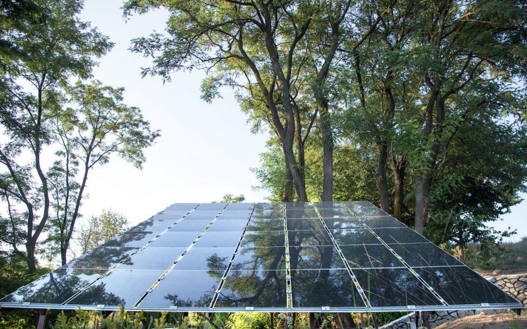 A napenergia hasznosítása napelemeken és napkollektorokon keresztül valósulhat meg.