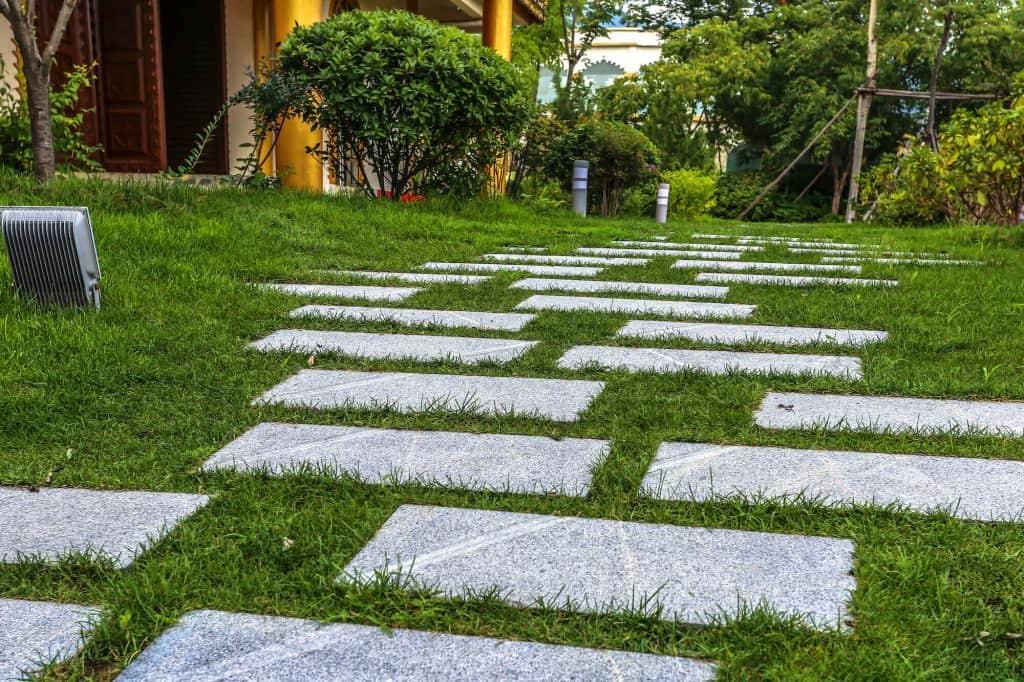 Járdalap a kertben